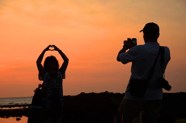 Khách du lịch thích thú đón hoàng hôn ở cổng Tò Vò, đảo Lý Sơn (Quảng Ngãi)