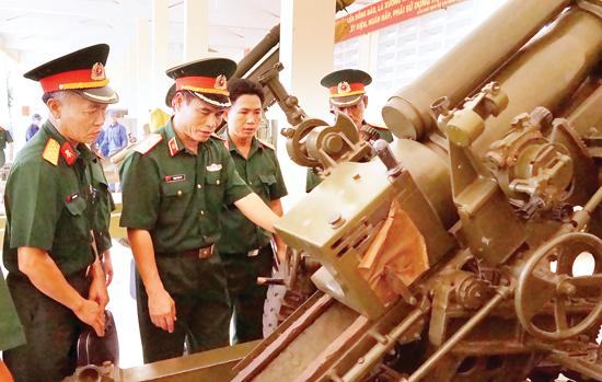 Thiếu tướng Trịnh Đình Tư - Phó Chủ nhiệm Tổng cục Kỹ thuật kiểm tra pháo 105mm tại Ban CHQS huyện Lý Sơn.