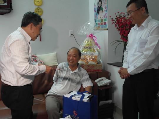 Ông Nguyễn Ngọc Hòa tặng quà cho thương binh Lê Đình Dực