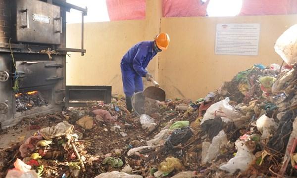 Nhà máy mới khánh thành nhưng chỉ mới xử lý rác của một xã đảo thôi đã bị quá công suất.