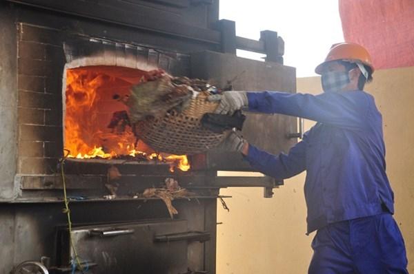 Lượng rác thải quá lớn khiến nhà máy xử lý chất thải rắn làm không kịp