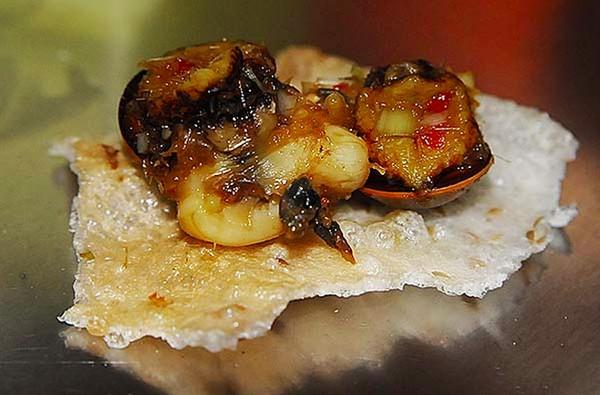 Ốc cừ luộc, nướng hay xào xả ớt đều có thể dùng chung với bánh đa (bánh tráng).