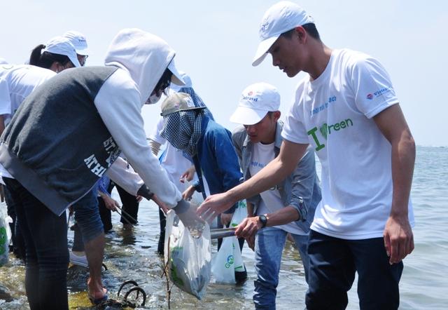 Thanh niên tình nguyện thu gom rác thải dọc ven biển