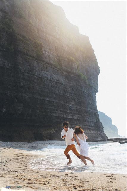 Bãi biển vắng, nước biển xanh như ngọc cùng ánh nắng tuyệt đẹp làm bối cảnh lung linh cho uyên ương.