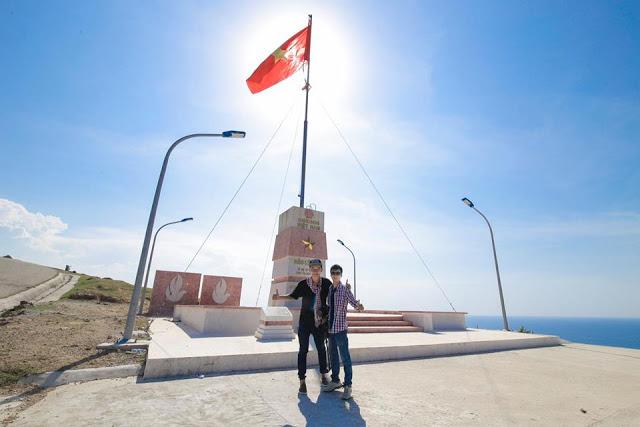 Hai anh em Đặng Tiến Trung trên cột cờ đỉnh Thới Lới.