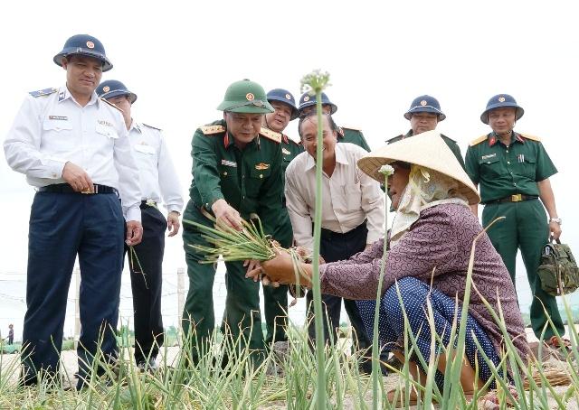 Đoàn thăm bà con nông dân đang thu hoạch hành trên đảo