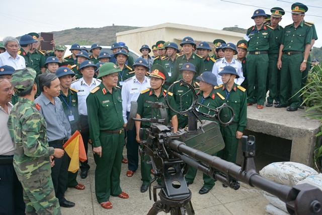 Kiểm tra công tác trực sẵn sàng chiến đấu tại trận địa súng máy phòng không 12 ly 7, cơ quan quân sự huyện Lý Sơn.