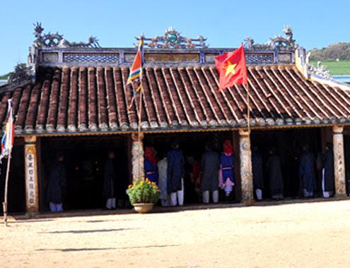 Những ngày này, đình làng An Hải (Lý Sơn, Quảng Ngãi) lúc nào cũng đông người
