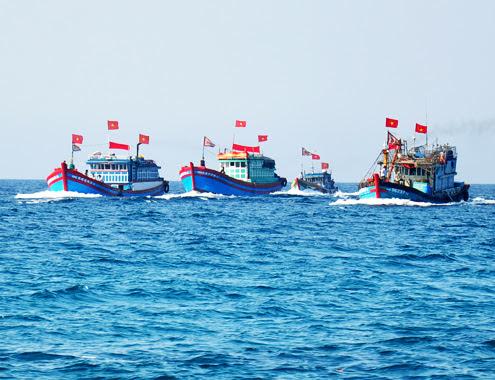 Sau lễ cầu an, từng đoàn thuyền xa bờ ở làng chài trang hoàng băng rôn, cờ Tổ quốc hừng hực khí thế thẳng tiến ra vùng biển Trường Sa, Hoàng Sa đánh bắt thủy sản trong phiên biển đầu năm