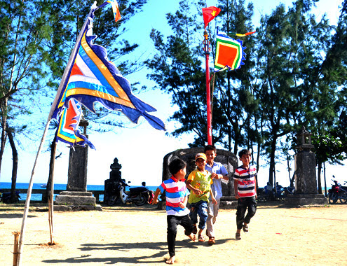 Đình được trang hoàng cờ Tổ quốc, cờ ngũ hành rực rỡ xung quanh