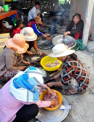 Không ai bảo ai, mỗi gia đình trong làng cử một người nấu nướng cho mâm cúng tổ tiên đầu năm tơm tất. Nhiều chủ tàu còn góp rượu, tiền