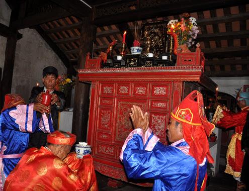 Nghi thức dâng hộp gỗ sơn đỏ chứa rượu lên bàn thờ tổ tiên