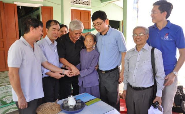 Đoàn thăm và tặng quà Mẹ Việt Nam Anh hùng Trần Thị Phẩm