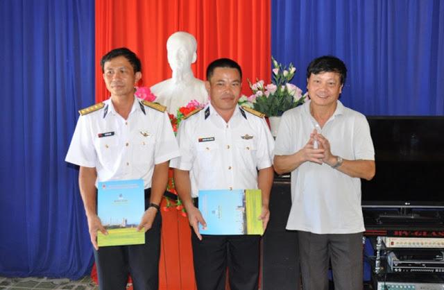 Hai chiến sỹ Trạm radar 550 nhận quà của đoàn công tác