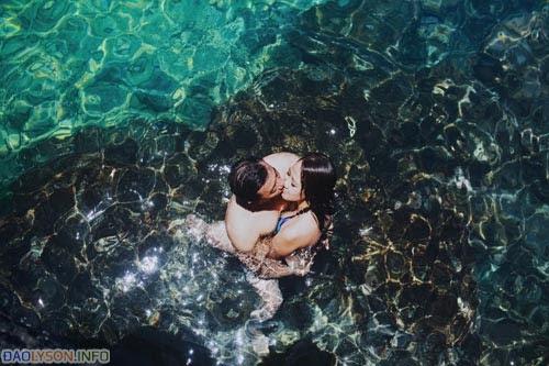 """Cô dâu chú rể măc trang phục bơi cùng nắm tay nhau nhảy xuống làn nước trong xanh từ ghềnh đá cao vút – một """"cảm giác mạnh"""" mà có lẽ bất cứ cặp đôi nào cũng muốn thử trải nghiệm trong đời."""