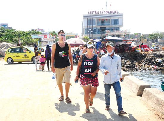 Rất nhiều du khách, trong đó có du khách nước ngoài cũng thích thú với du lịch homestay ở Lý Sơn.
