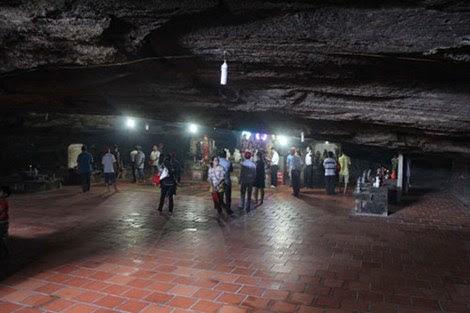 Phía bên trong chùa Hang thường ngày đón du khách từ mọi miền đất nước vãng cảnh chùa.