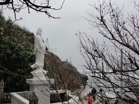 Tượng Phật bà Quan Âm trong khuôn viên chùa Hang nhìn ra biển