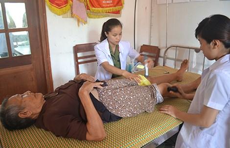 Người dân Lý Sơn được các y, bác sĩ trị liệu tại chỗ.