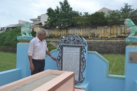 Ông Phạm Đoàn bên ngôi mộ chiêu hồn Cai đội trưởng Hoàng Sa Phạm Hữu Nhật ở thôn Đông, xã An Vĩnh, huyện đảo Lý Sơn.