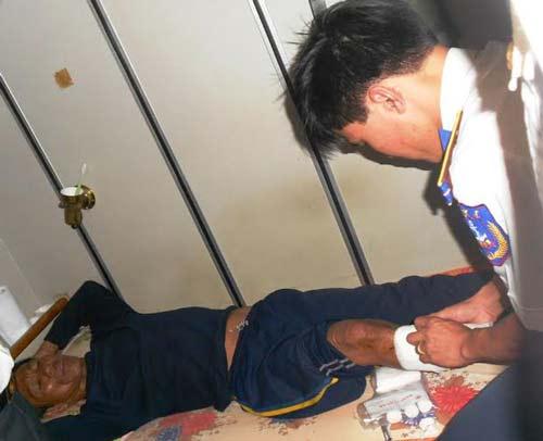 Lực lượng quân y chăm sóc thuyền trưởng Nguyễn Lợi
