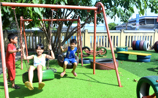 """Các """"khu vườn thần tiên"""" làm từ lốp xe đã giúp sân chơi trẻ em chống chịu được sự bào mòn của gió biển Lý Sơn."""