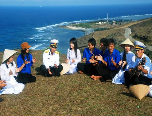 Sinh viên giao lưu với các chiến sĩ hải quân Trạm rađa tầm xa ở huyện đảo Lý Sơn.