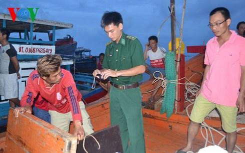 Lực lượng Biên phòng làm việc với ngư dân của tàu cá bị phía Trung Quốc tấn công