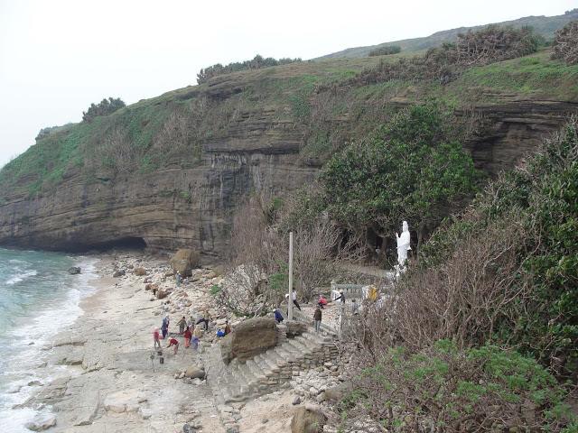 Núi non, biển cả phía bên ngoài chùa Hang