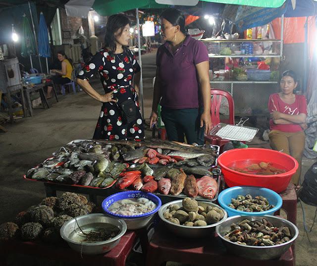 """Hải sản tươi được bày bán ở """"xóm nướng"""" đêm Lý Sơn"""