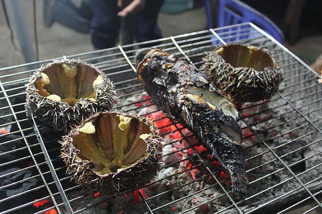 Nhum, cá biển nướng trên than hồng