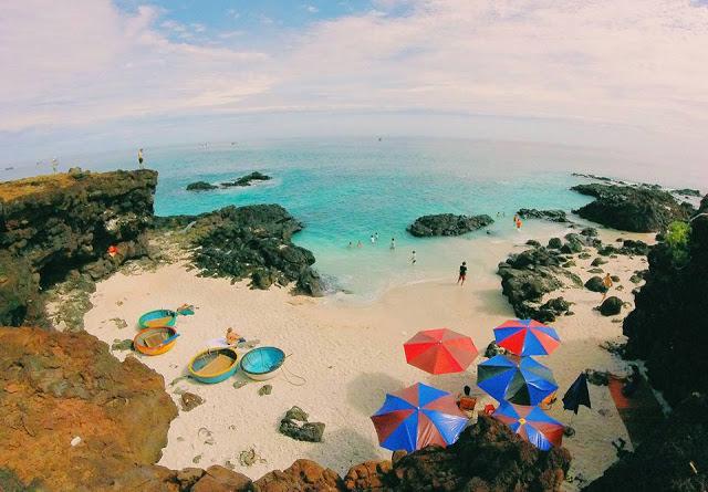 Du khách tắm biển ở Đảo Bé