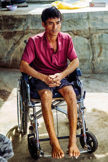 Với hai chân bị liệt hoàn toàn, cuộc đời anh Huệ gắn liền với chiếc xe lăn đã được 14 năm qua.