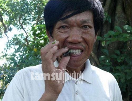 Ông Ngô Văn Tùy ăn một con côn trùng