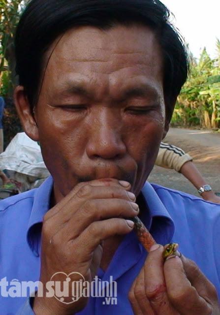 Ông Tùy ăn con rắn bù nặc, loài rắn rất độc có thể giết chết cả con bò