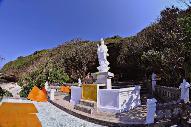 Cảnh đẹp chùa Hang như biểu tượng của đảo Lý Sơn