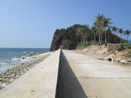 Việc xây dựng tuyến kè chắn sóng là cần thiết nhưng khiến Lý Sơn dần mất đi vẻ hoang sơ.