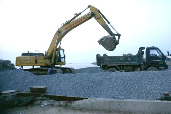 Tập kết vật liệu ra đảo phục vụ xây dựng công trình XDCB.