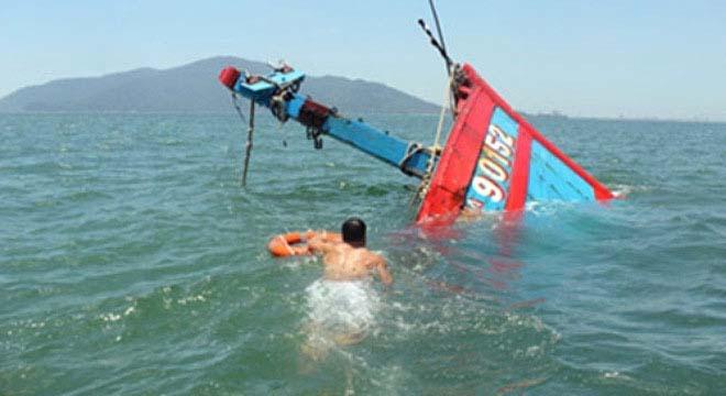 Một tàu cá Việt Nam bị Trung quốc đâm chìm đang được kéo về