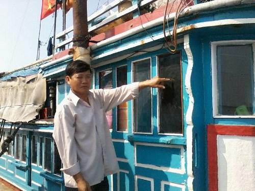 Thuyền trưởng Lê Khởi bên ca bin tàu bị vỡ kính vì vòi rồng tàu Trung Quốc tấn công