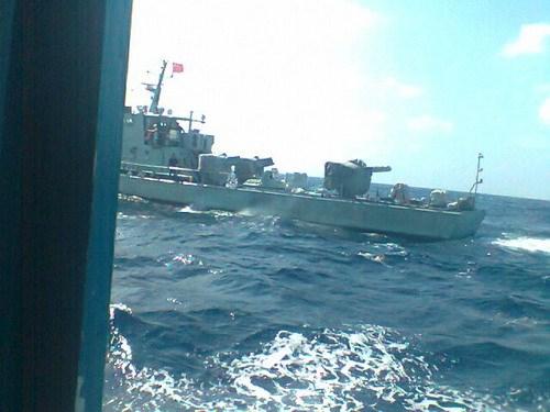 Tàu hải giám Trung Quốc cố tình áp sát  mạn tàu của thuyền trưởng Lê Khởi (ảnh do chính thuyền trưởng cung cấp)