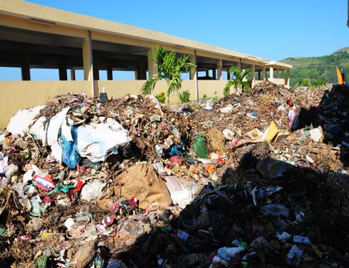 Hàng chục tấn rác ùn ứ ở nhà máy xử lý chất thải rắn sinh hoạt ở huyện đảo Lý Sơn.