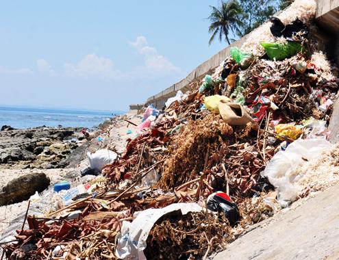 Nhiều ụ rác lớn ứ đọng lâu ngày bên bờ kè ven biển đảo Lý Sơn.
