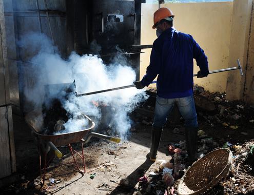 Công nhân xúc rác đưa vào lò đốt bằng phương pháp thủ công.