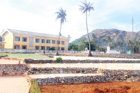 Những thửa đất ở thôn Đông, xã An Hải (Lý Sơn) đã làm đất nhưng chưa thể xuống giống hành tím vì lo không có nước tưới.