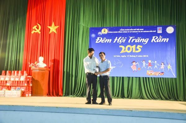 Trưởng ban Tài chính CĐ DKVN Vũ Anh Tuấn tặng quà cho gia đình khó khăn ở Đảo Lớn