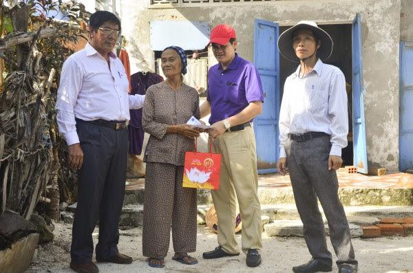 Chủ tịch CĐ PVD Hồ Trọng Thoán tặng quà cho gia đình khó khăn trên Đảo Nhỏ ở Lý Sơn