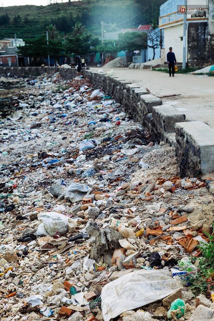 Cả con đường dẫn ra cổng Tò Vò bốc mùi hôi nặng nề do lượng rác thải ra ngày một nhiều.