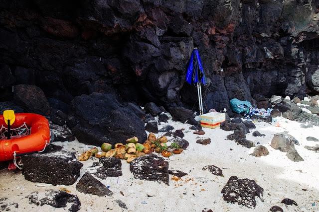 Tại bãi tắm ở đảo Bé, người dân kinh doanh nước giải khát cũng góp phần gây ô nhiễm khu vực này.