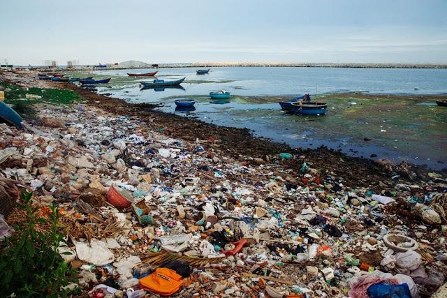 Bãi rác thải khổng lồ bốc mùi hôi thối dọc tuyến đê chắn sóng thuộc xã An Vĩnh và An Hải.